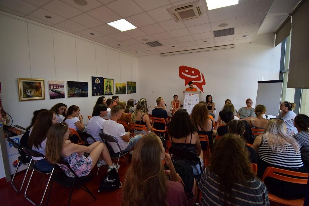 sudionici slušaju prezentaciju