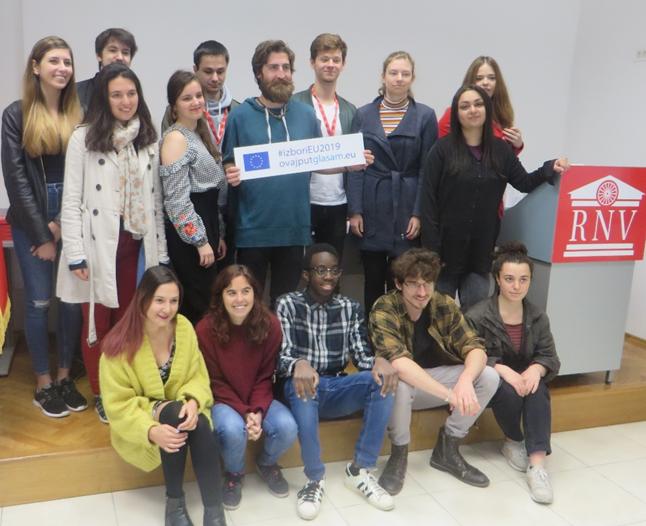 mladi drže natpis o EU izborima 2019.