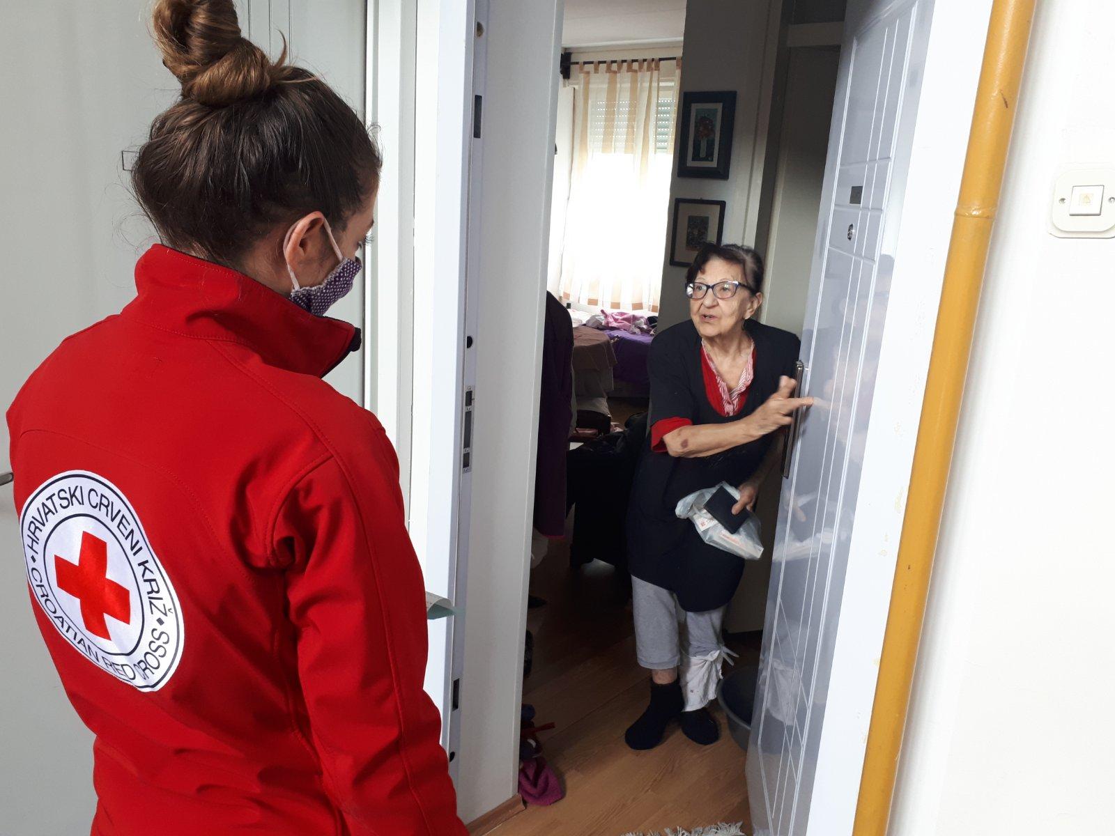 Volonterka Crvenog križa i starica