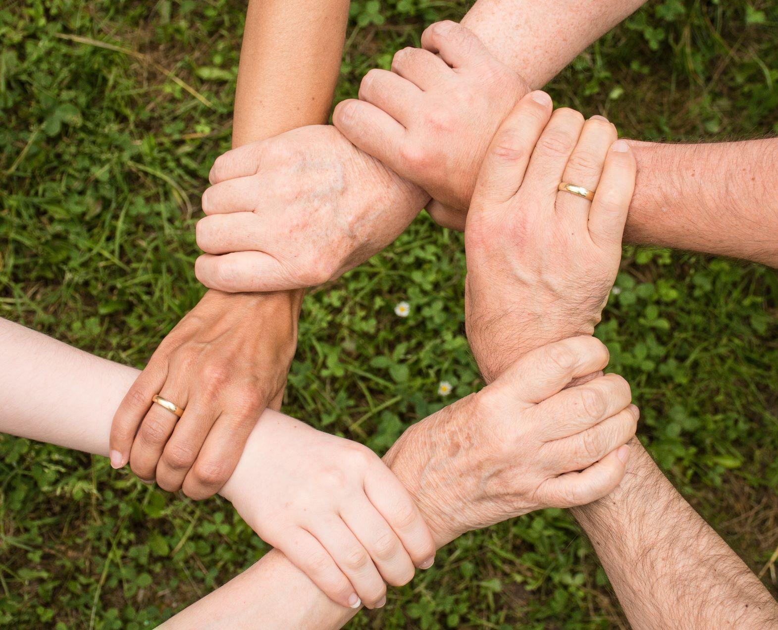 volonteri se drže za ruke